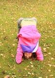 行使在草甸的女孩瑜伽 图库摄影