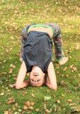 行使在草甸的女孩瑜伽 库存照片