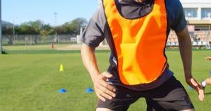 行使在领域4k的足球运动员 股票录像
