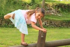 行使微笑的女孩 免版税库存图片