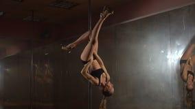 行使杆舞蹈健身的少妇,颠倒 慢的行动 股票视频