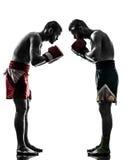 行使泰国拳击致敬剪影的两个人 免版税库存图片