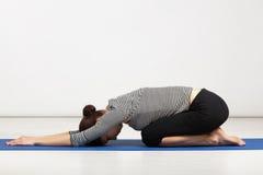 行使瑜伽的少妇 免版税库存图片