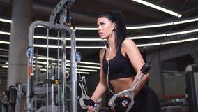 行使胸口的妇女画象电缆天桥干涉在健身房 股票录像