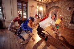 行使舞蹈训练的专业舞蹈家在演播室 库存图片