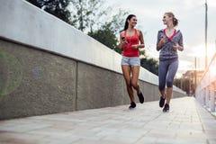 行使通过跑步的两名妇女 免版税图库摄影