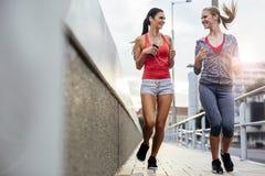 行使通过跑步的两名妇女 图库摄影