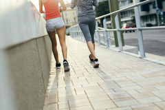 行使通过跑步的两名妇女 免版税库存图片