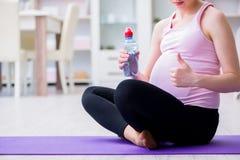 行使预期儿童诞生的孕妇 库存图片