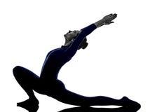 行使Anjaneyasana刺姿势瑜伽剪影的妇女 库存图片