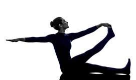 行使Krounchasana苍鹭姿势瑜伽剪影的妇女 免版税库存图片