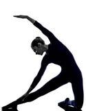 行使parighasana门姿势瑜伽剪影的妇女 免版税库存图片
