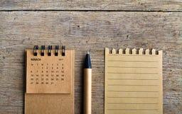 行军 在木背景的日历板料 免版税库存图片