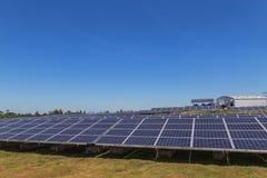 行列阵的关闭多晶的硅太阳能电池或photovoltaics在太阳能发电厂供选择的可再造能源为 免版税库存图片