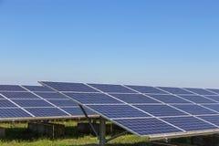 行列阵的关闭多晶的硅太阳能电池或photovoltaics在太阳能发电厂供选择的可再造能源为 免版税库存照片