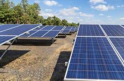 行列阵的关闭多晶的硅太阳能电池或photovoltaics在太阳能发电厂供选择的可再造能源从 免版税图库摄影