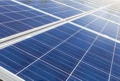 行列阵的关闭多晶的硅太阳能电池或photovoltaics在太阳能发电厂供选择的可再造能源从 库存图片