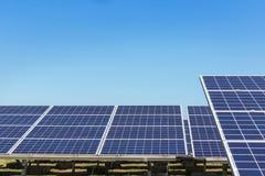 行列阵的关闭多晶的硅太阳能电池或photovoltaics在太阳能发电厂供选择的可再造能源从 免版税库存图片