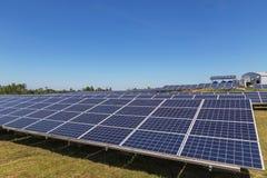 行列阵的关闭多晶的硅太阳能电池或photovoltaics在太阳能发电厂供选择的可再造能源从 库存照片