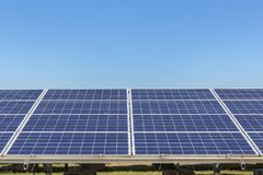 行列阵的关闭多晶的硅太阳能电池或photovoltaics在太阳能发电厂供选择的可再造能源从 免版税库存照片