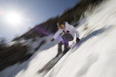 行动一个专家的滑雪者的被弄脏的图象。 库存图片