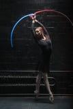 行动与一条五颜六色的体操丝带的包含的跳芭蕾舞者 免版税库存图片