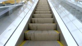 行动在城市地铁特写镜头的当代自动扶梯 影视素材