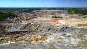 行动在被放弃的粘土矿坑的平坦的部分 股票视频