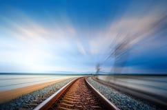 行动在铁路桥梁在湖的曲线轨道,蓝天 免版税库存图片