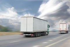 行动在高速公路的被弄脏的卡车在太阳 库存照片
