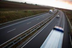 行动在高速公路的被弄脏的卡车 免版税库存照片