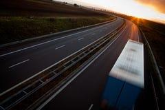 行动在高速公路的被弄脏的卡车 免版税图库摄影
