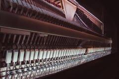 行动机械工锤击紧密在一架大钢琴里面 免版税库存图片