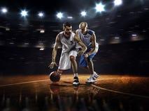 行动的两个蓝球运动员 免版税库存照片