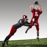 行动的两名美国橄榄球运动员 免版税库存照片