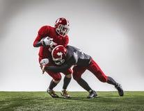 行动的两名美国橄榄球运动员 免版税图库摄影