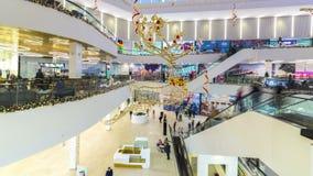 行动的人们在现代购物广场奇姆肯特的自动扶梯 4K TimeLapse -奇姆肯特1月2017年,哈萨克斯坦 股票视频