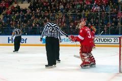 行动的仲裁人对曲棍球赛Spartak对谢韦尔钢铁切列波维茨 免版税库存图片