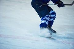 行动的冰球球员 库存图片