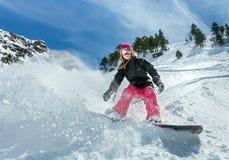 行动的女子挡雪板在山 库存照片