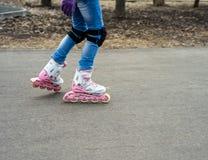 行动的女孩在rollerblading 库存图片