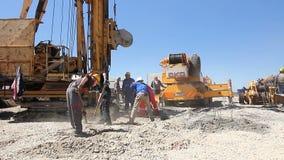 行动的工作者与在建造场所的铁锹 股票视频