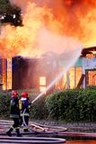 行动的消防员 免版税库存图片
