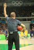 行动的篮球裁判员在小组A在里约2016年奥运会的队美国和澳大利亚之间的篮球比赛 免版税库存照片