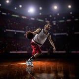 行动的红色蓝球运动员 图库摄影