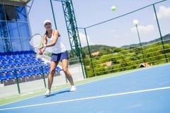 行动的美丽的女性网球员 免版税图库摄影