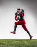 行动的美国橄榄球运动员 免版税库存照片
