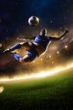 行动的肥胖足球运动员 火的体育场 免版税库存照片