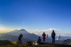 行动的自然摄影师在日出期间 图库摄影