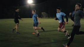 行动的足球运动员对日落体育场背景,橄榄球人专业培训在晚上 股票录像